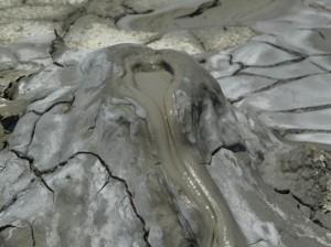 Agrigento: esplode vulcanello, famiglia travolta dal fango. Bimba morta, fratello disperso