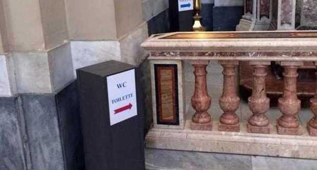 Palermo, il cartello che indica il bagno sull'altare della cattedrale