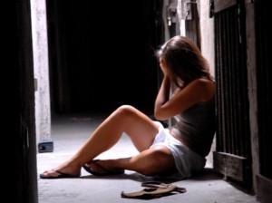 L'autista la fa scendere perché scalza, viene stuprata da un senzatetto