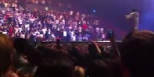 """Kanye West: """"Tutti in piedi o non canto più"""". Ma tra il pubblico ci sono 2 disabili VIDEO"""