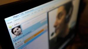 Annuncia suicidio in chat, lo incitano e poi si impicca in diretta su Skype