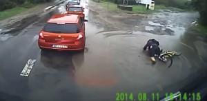Ciclista cade e affonda nella pozzanghera VIDEO
