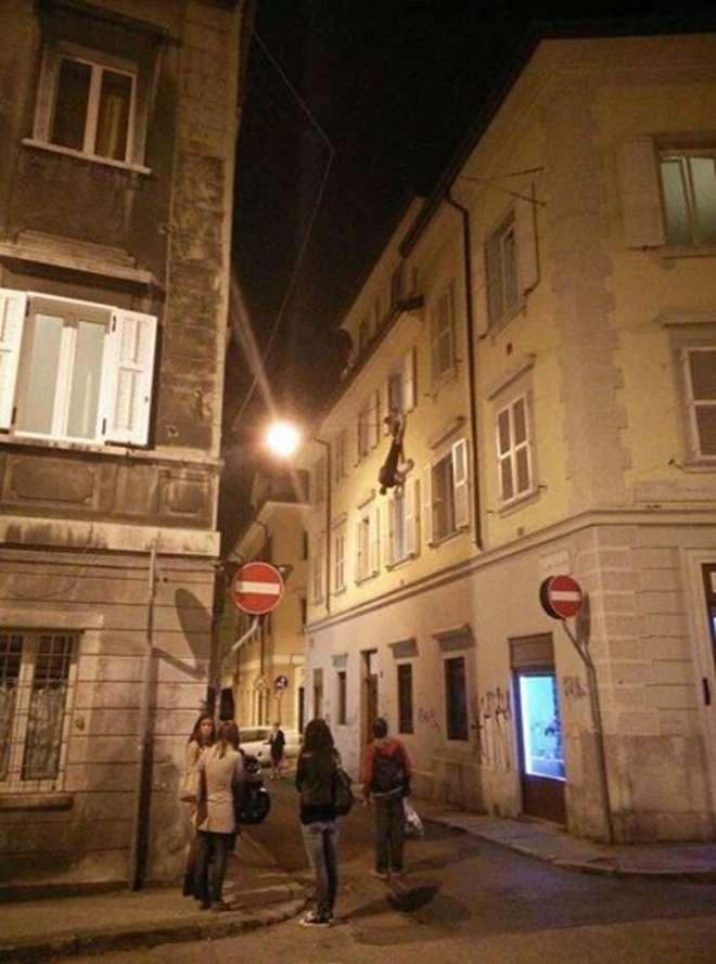 Trieste, rimane appeso a testa in giù dal terzo piano FOTO