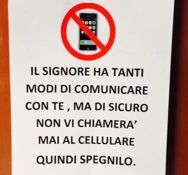 """""""Il Signore non ti chiamerà al cellulare, spegnilo"""": il cartello in una Chiesa di Padova"""