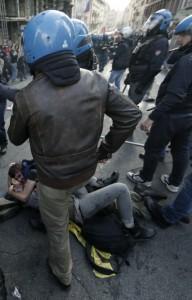 Scontri a Roma, rischia il processo l'agente che calpestò una manifestante