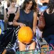 Los Angeles, Elisabetta Canalis compra la zucca per Halloween FOTO04