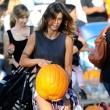 Los Angeles, Elisabetta Canalis compra la zucca per Halloween FOTO03