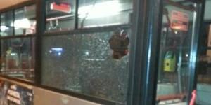 Il bus che è stato preso d'assalto alla periferia di Roma