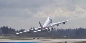 """Zigzag con le ali subito dopo il decollo: il """"saluto"""" del pilota col Boeing 747"""
