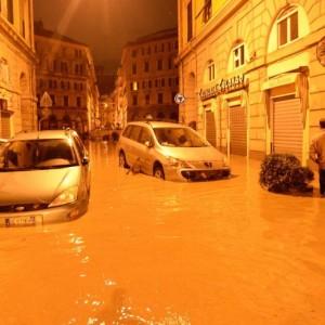 Alluvione Genova, sciacallaggio in due negozi: arrestate 4 persone