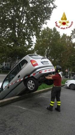 Treviso, finisce con l'auto nel fossato mentre fa manovra