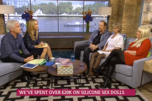 GB, marito e moglie fanno sesso a tre con la bambola gonfiabile