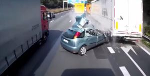 Sorpassa con l'auto e va a sbattere contro camion: terribile incidente in Belgio