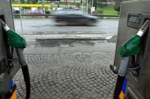 Benzina, prezzi a picco: sotto 1,8. Petrolio ai minimi dal 2011