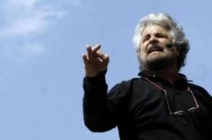 Beppe Grillo a Genova confonde l'operatore del Corriere con uno dei suoi