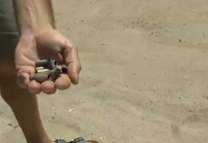 Torre Veneri, in spiaggia i bambini giocano con i bossoli del poligono di tiro