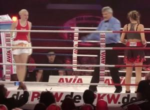 Jordan Carver contro Melanie Muller: duello tra siliconate sul ring VIDEO