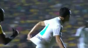 Brasile, Leandro Damiao si tira da solo la maglia: la simulazione in campo è ridicola