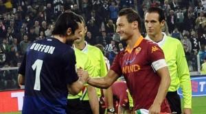 """Gigi Buffon a Totti: """"Io non mi lamento mai degli arbitri"""". Gioca nella Juve..."""