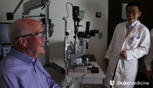 Cieco per 33 anni torna a vedere grazie all'occhio bionico VIDEO