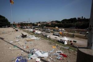 Il Circo Massimo coperto di spazzatura dopo il concerto dei Rolling Stones (foto Lapresse)