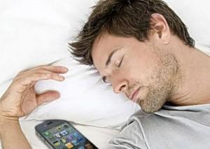 Dormi con smartphone e tablet accesi? Rischi di ingrassare