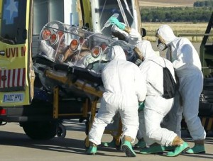 """Ebola, Usa: """"Peggiore epidemia da tempi Aids"""". In Spagna medici contro tute"""