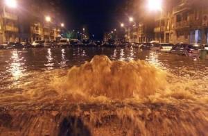 Alluvione Genova, tombini esplosi e auto travolte dalla furia dell'acqua VIDEO