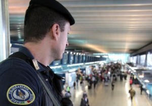 Fiumicino, altri 10 algerini fuggiti: inseguimento tra gli aerei in pista