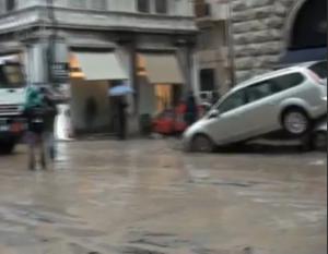Alluvione Genova, il fango si mangia il mercato e i negozi del centro