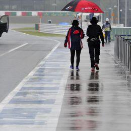Gp Giappone F1 sospeso per la pioggia, poi riparte. Ferrari di Alonso si ferma