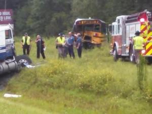 Usa. Nuda alla guida del camion tampona scuolabus: 7 studenti feriti VIDEO