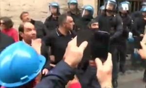 """Ast Terni, Landini allontana operai da polizia: """"Non passiamo dalla parte del torto"""" VIDEO"""