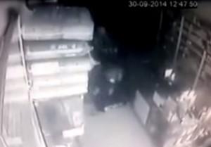 Litiga con la sorella e la uccide a colpi di machete (VIDEO)