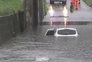 Belluno: auto sommersa d'acqua, dottoressa si salva per un soffio