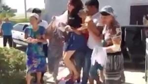 Kazakhstan, matrimonio forzato: la sposa rapita e trasportata di peso