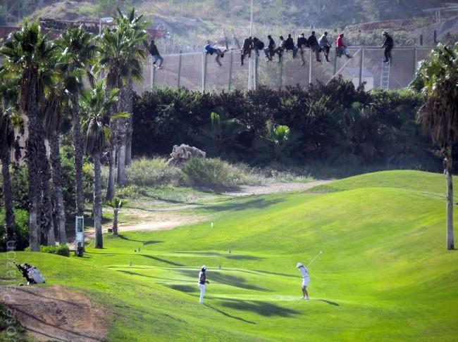 Melilla, migranti scavalcano la rete: sotto si continua a giocare a golf