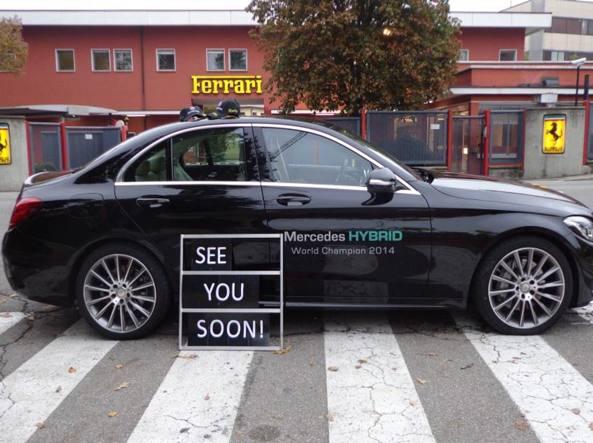 """Mercedes contro Ferrari, auto davanti Maranello con scritta """"Ci vediamo presto"""""""