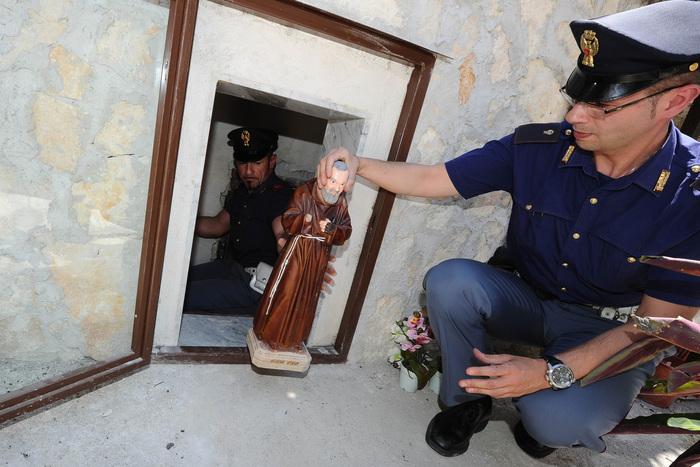 Vandali in azione ad Asti, abbattuta statua Padre Pio