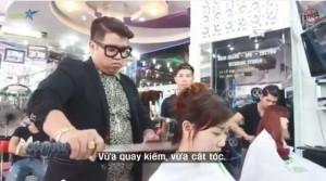 Taglio di capelli con la katana: il parrucchiere vietnamita usa la spada VIDEO