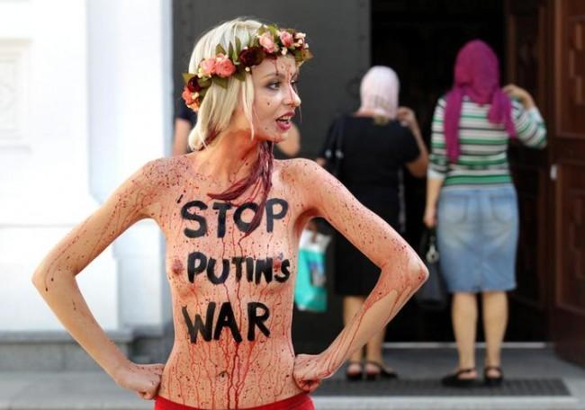 """Femen, seno nudo e vino rosso sul corpo a Milano: """"Il sangue dell'Ucraina"""""""