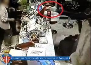 Napoli, rapina farmacia: pistola in faccia, negoziante reagisce e spara VIDEO
