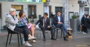 Renzi sul palco a Ferrara, le uova a pochi metri dai suoi piedi
