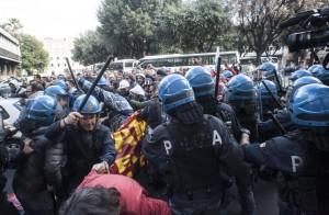 Scontri tra operai Ast e polizia a Roma