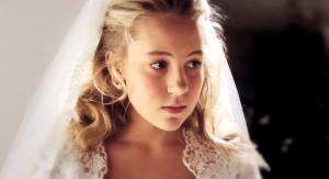 """Thea, 12 anni, non sposa Geir di 37, ed esce dalla chiesa: spot contro le """"spose-bambine"""""""