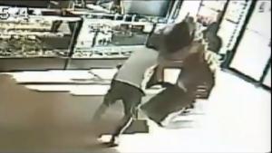 Texas, impiegato di un negozio blocca rapinatore armato