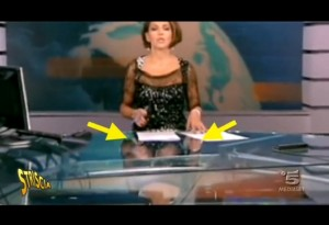 """Tg5, giornaliste """"hot"""": gambe in mostra con la scrivania trasparente VIDEO"""