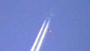 Amsterdam, oggetto non identificato vola sulle scie di un aereo