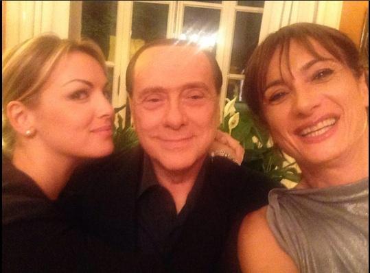Vladimir Luxuria a cena da Berlusconi e Francesca Pascale: il selfie FOTO