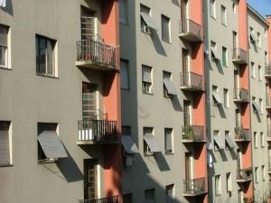 Milano, denuncia gli occupanti abusivi. Le incendiano casa